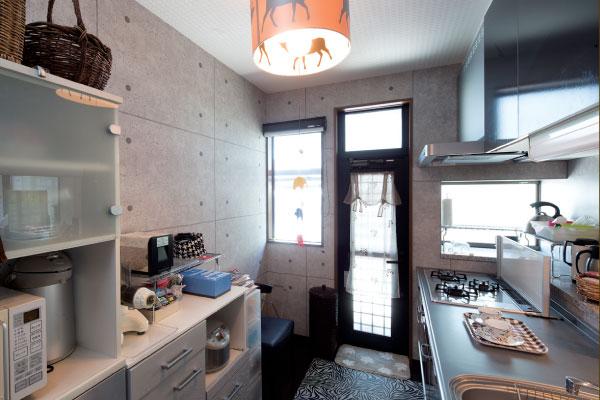 キッチン壁はコンクリート打ちっぱなし風に。