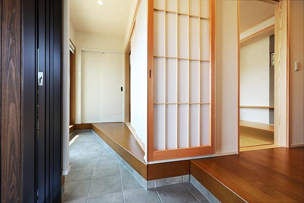 開放的な玄関と土間付きの縁側