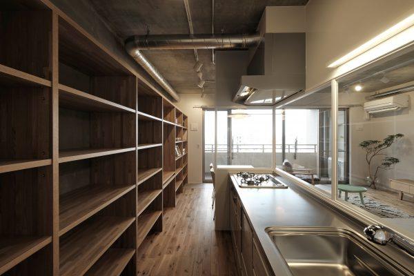 大容量のキッチン収納。老朽化していた設備も入れ替え。