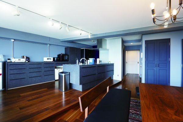 オープンキッチンで、キッチンを中心とした空間に