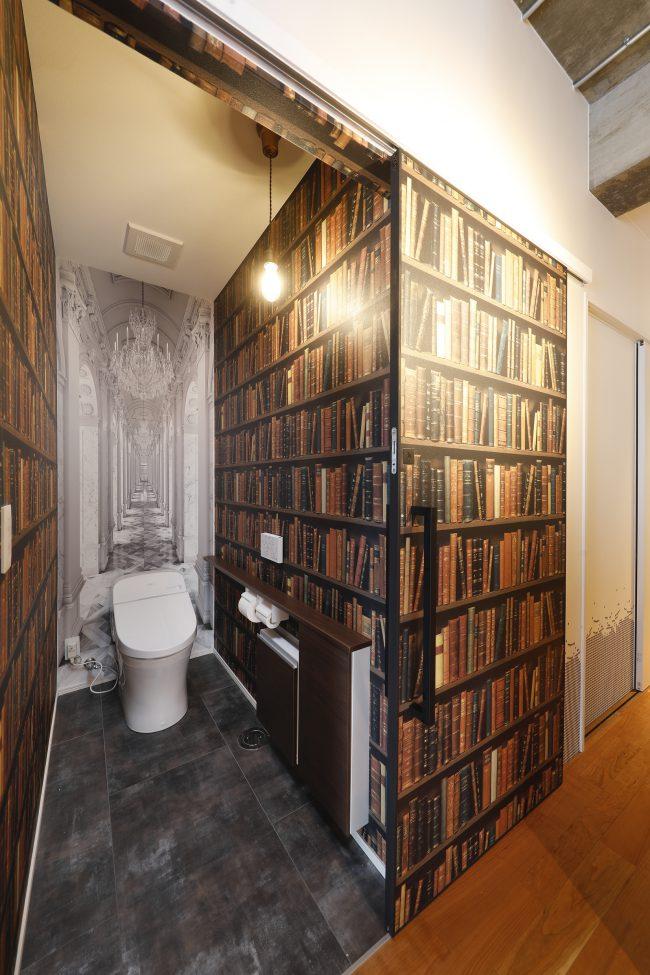 別世界の入口のようなトイレ