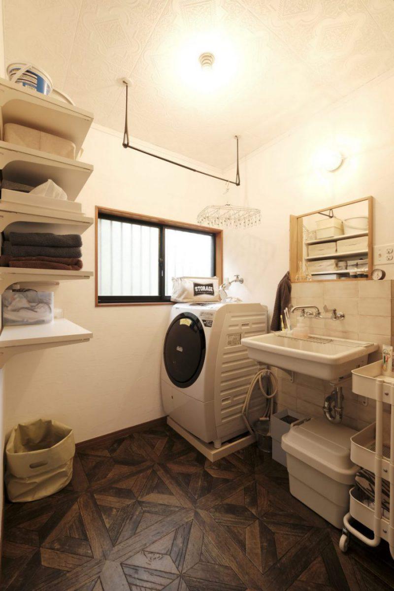 機能的で楽しい洗濯脱衣室